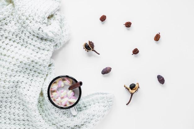 ホットチョコレートと毛布の近くのスパイス