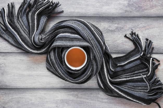 茶のマグカップの周りのスカーフ