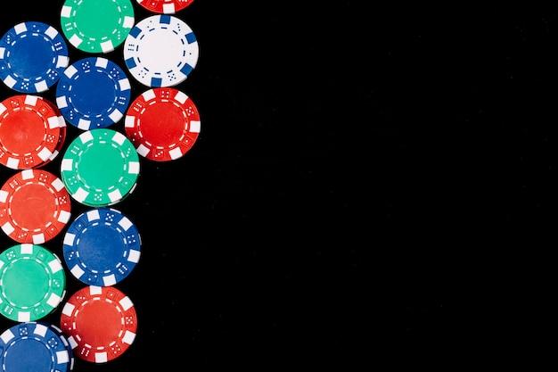 黒い表面上のポーカーチップの高さのビュー
