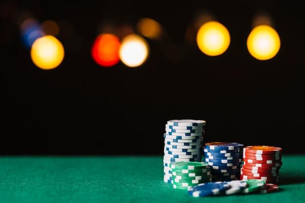 ポーカーテーブルのカラフルなチップのクローズアップ
