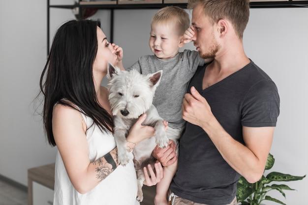 家庭で親の鼻を擦っている息子の肖像