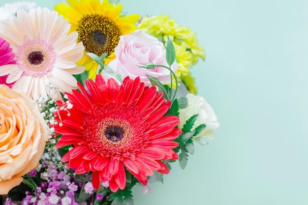 色とりどりの花の花束のクローズアップ