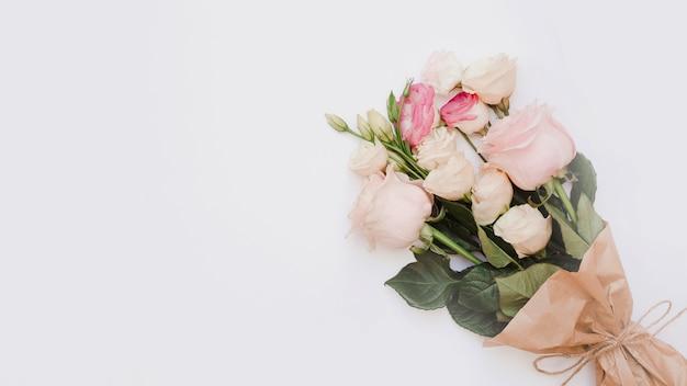白い背景にある美しいバラの花束