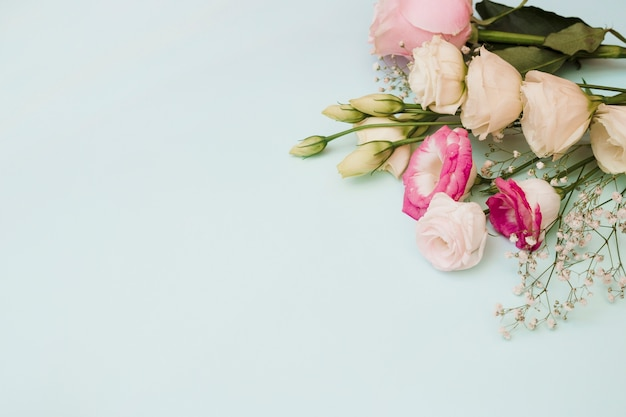 青い背景に花の花束のオーバーヘッドビュー