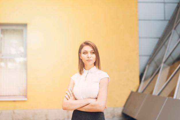 彼女の腕を持つ魅力的な若い実業家