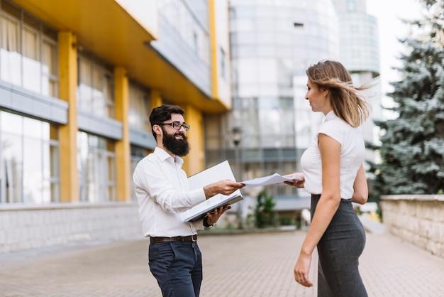 Предприниматель, давая документ ее женский работник, стоящий за пределами офисного здания