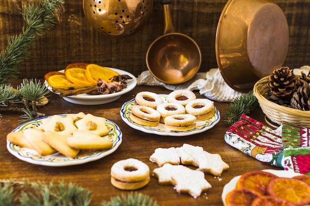木製テーブル上のクッキーとスパイス