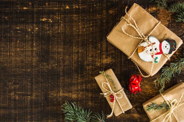 プレゼントの近くの鐘と針葉樹の枝