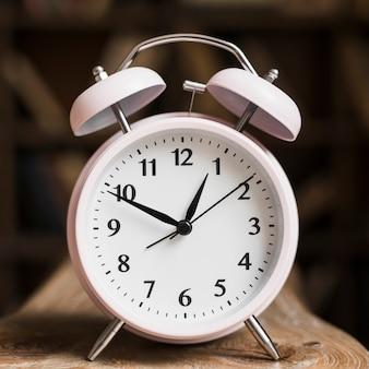 白い時計の文字盤のクローズアップ