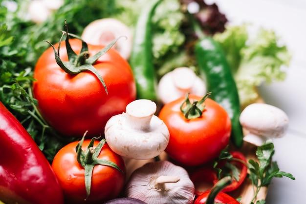 新鮮な有機野菜のクローズアップ