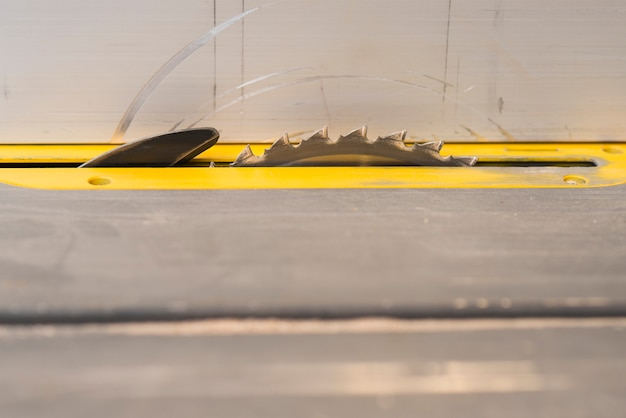 大工の店でテーブルの丸い鋸のクローズアップ
