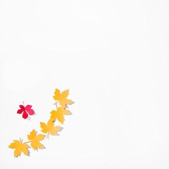 白い背景に黄色のチラシ