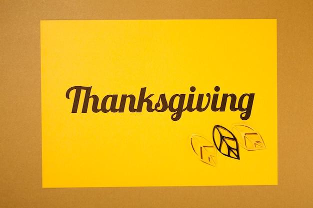 紙の上にイエローのチラシを貼った感謝祭レタリング