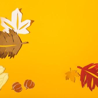 テーブルの上に紙が葉
