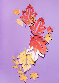 紫色のテーブルに大きなペーパーチラシ