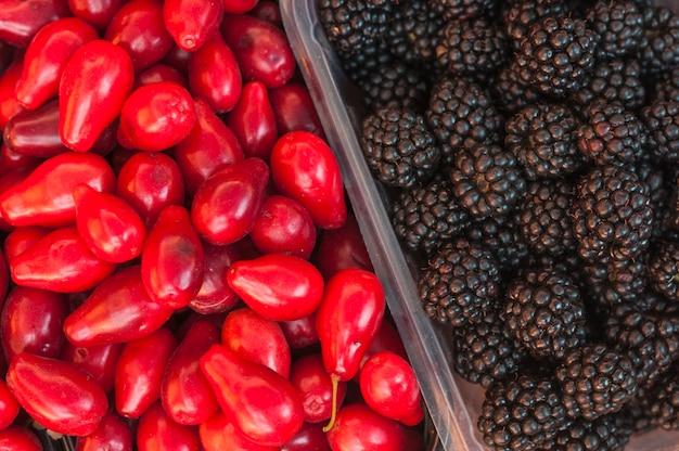 ブラックベリーと赤いバラのリンゴのフルフレーム