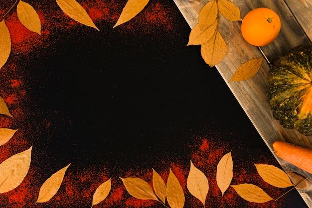 Листья между перцем возле овощей и фруктов