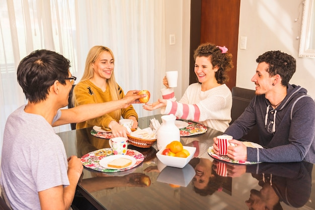 Группа друзей, наслаждаясь завтраком вместе