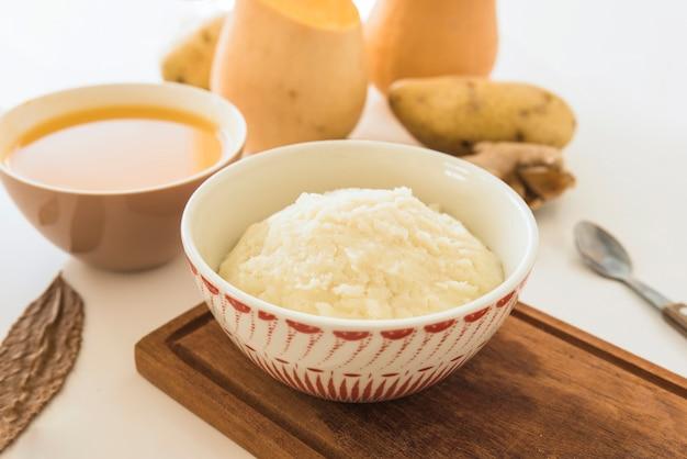 白いテーブルにポテトピューレとカボチャのスープ