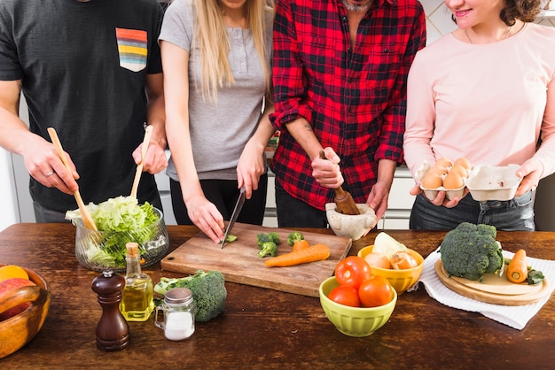 キッチンで食事を準備している友人の中間部分