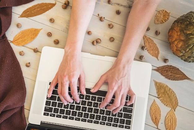 ノートパソコンのキーボードで手を入力