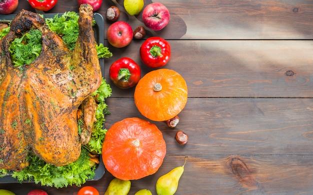 テーブルに野菜と焼きたての七面鳥