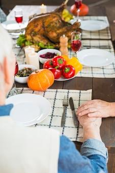 お祝いのテーブルに座っている老夫婦