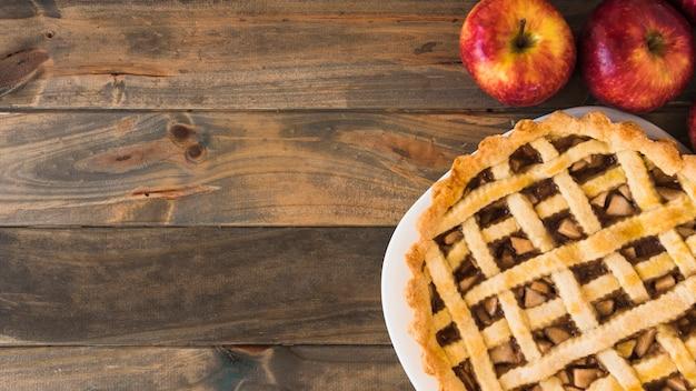 フルーツの近くのアップルケーキ