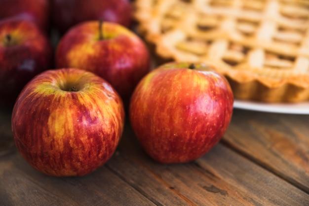 ケーキの近くの赤いリンゴ