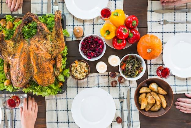 異なる食べ物のテーブル