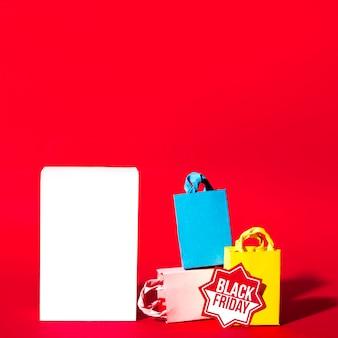 Белый лист и красочные пакеты для покупок