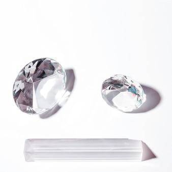 白い背景に円形とプリズムの形の光沢のあるダイヤモンド