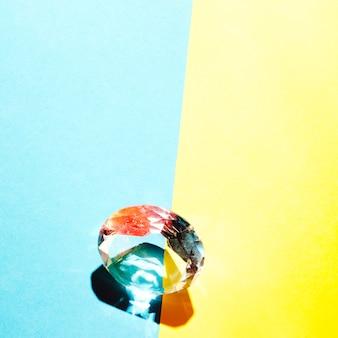 デュアル青と黄色の背景の境界にカラフルなダイヤモンド