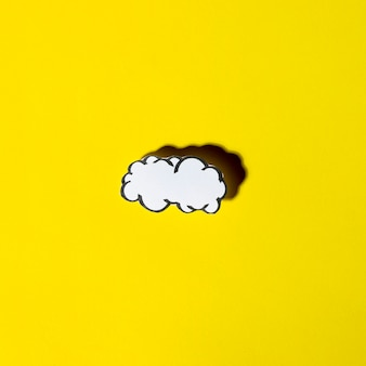黄色の背景に影と空の雲のスピーチ泡