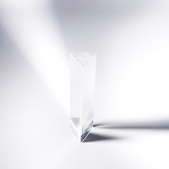 Прозрачная хрустальная призма на белом фоне