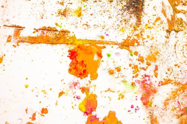 白い背景に混じった色のパウダーのオーバーヘッドビュー