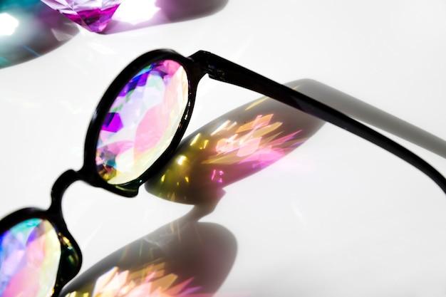 モダンなスタイルの白い背景の上の影付きラウンド眼鏡