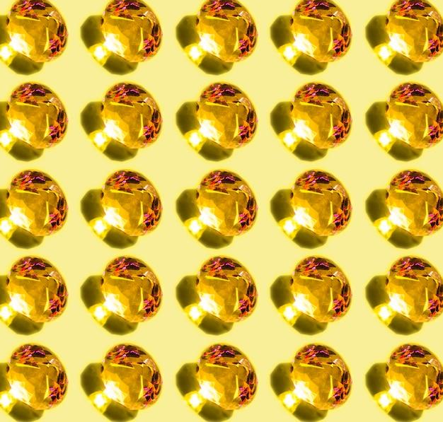 黄色の背景に影と光沢のある輝くダイヤモンドのパターン