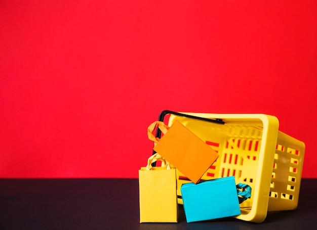 おもちゃのカラフルな袋とショッピングバス