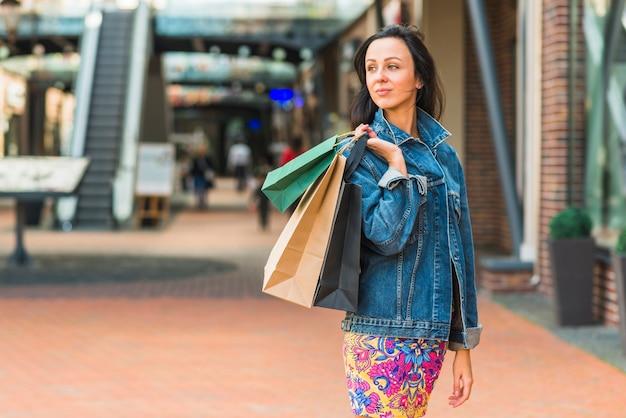 ショッピングモールのショッピングバッグ付き女性