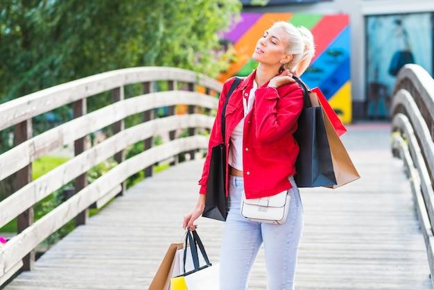 女の子、買い物、パケット、歩道橋