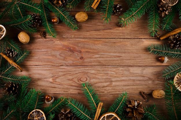 Рождественские веточки и грецкие орехи на деревянном столе