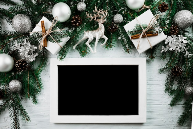 クリスマスの小枝の近くのフォトフレーム