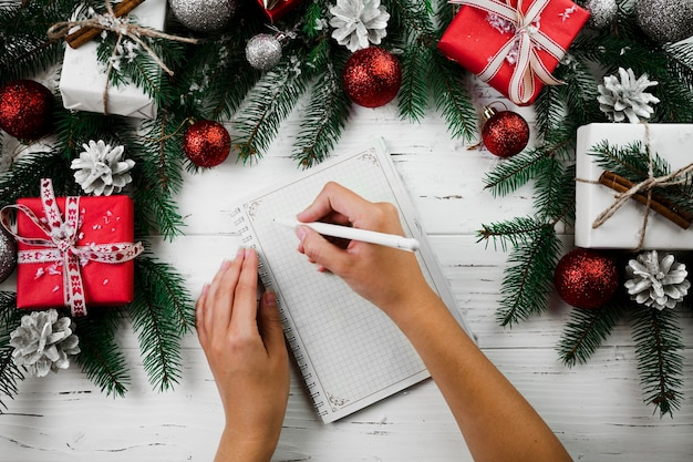Женщина, писать на бумаге с ручкой
