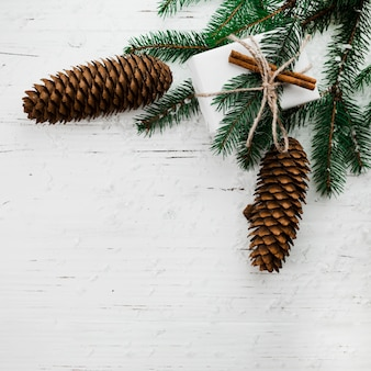 ギフトボックスとモミの木の枝のクリスマスの組成