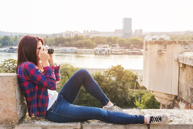 双眼鏡を見ている若い女性の側面図