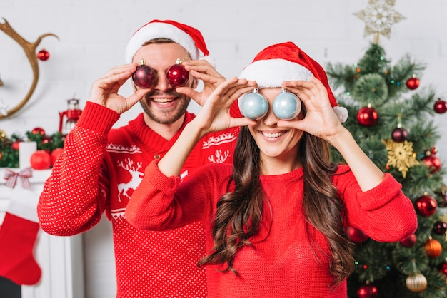 Молодая счастливая пара с декоративными шарами