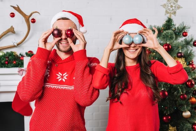 Молодая счастливая пара с рождественские блесна