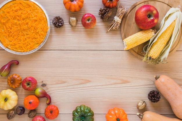 Морковь в тарелке между разными овощами