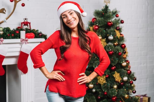 クリスマスツリーの近くに笑顔の女性